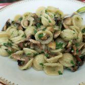 Orriechete aux champignons, pesto de persil, huile de noisettes