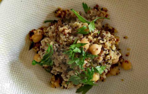 couscous-de-pruneaux-et-quinoa-vinaigrette-au-beurre-de-cacahuetes